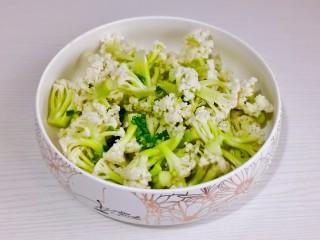 椒盐花菜,放入大口器具中,加入切好的葱花。