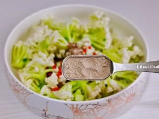 椒盐花菜,加入椒盐粉。