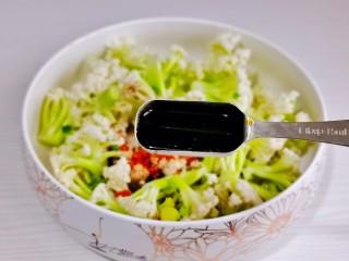 椒盐花菜,加入生抽。