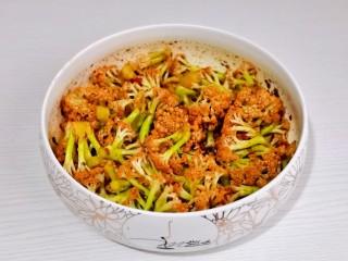 椒盐花菜,盖上盖子上一下用力摇,没朵花菜上均匀裹上调味料。