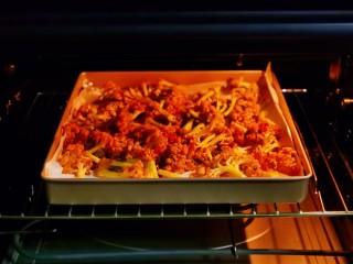 椒盐花菜,入烤箱中层,上下180度烤20分钟。