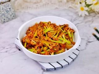 椒盐花菜,取出装盘即可食用。