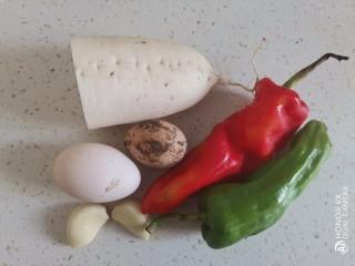 白萝卜炒鸡蛋,准备食材备用