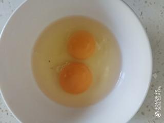 白萝卜炒鸡蛋,鸡蛋磕入碗中
