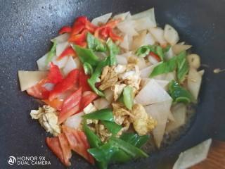 白萝卜炒鸡蛋,再加入青红椒翻炒均匀