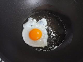 冬瓜瘦肉汤,起油锅,油热后下鸭蛋,煎成荷包蛋