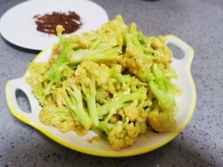 椒盐花菜,控油后盛盘