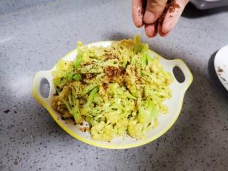 椒盐花菜,撒上椒盐,搅拌均匀即可食用