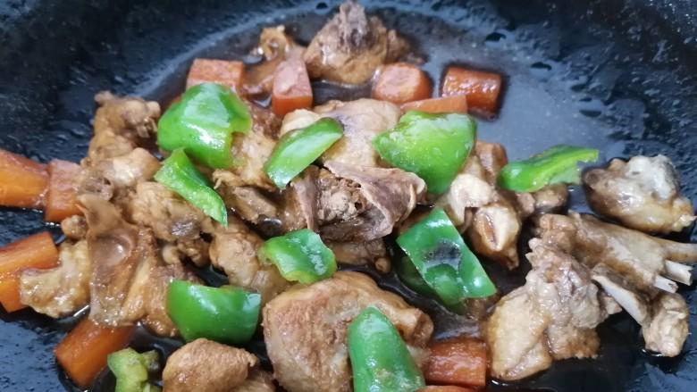 酱焖鸡块,最后放入青椒翻炒至断生即可出锅