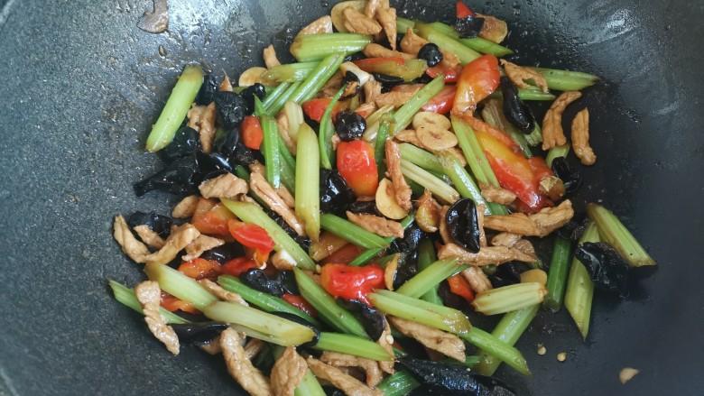 芹菜木耳炒肉丝,翻炒均匀即可出锅