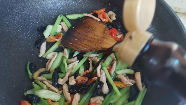 芹菜木耳炒肉丝,加入一勺生抽,翻炒均匀