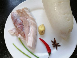 白萝卜炖猪肉,准备好所需材料