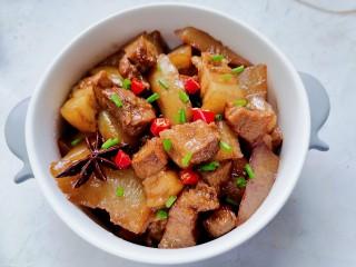 白萝卜炖猪肉,装入容器放上辣椒和葱花点缀