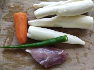 茭白烧肉,准备好食材:茭白,胡萝卜,青线椒和一小块瘦肉