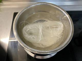 凉拌粉丝黄瓜,绿豆粉丝温水泡软备用