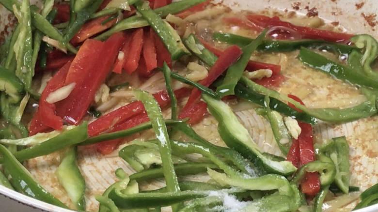 千张肉丝,放入青红椒炒匀,再加适量盐炒匀