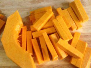 咸蛋黄焗南瓜,南瓜切成一厘米宽四五厘米长的段,南瓜段别切太细,要不然很容易断。
