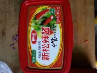 石锅拌饭,韩国辣酱用调羹装3-4勺放入碗里,加番茄沙司,加生抽。最后加点白开水,搅拌均匀