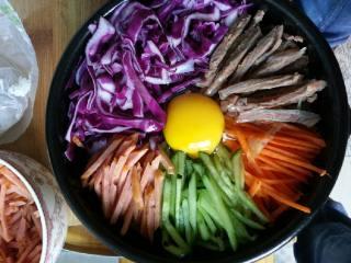 石锅拌饭,把装好的石锅放到煤气灶上加热,当听到滋啦的声音的时候,用铁勺加麻油,顺着石锅内壁均匀的走一圈,然后几分钟以后关火,端下来。拌酱即可食用!