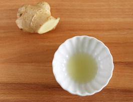 虾滑丝瓜鲜汤,把姜切成小块榨汁备用