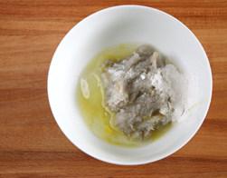 虾滑丝瓜鲜汤,在剁好的虾蓉中放入蛋清,盐,糖,姜汁,淀粉