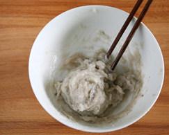 虾滑丝瓜鲜汤,把所有调料往一个方向搅上劲,把虾胶搅出来
