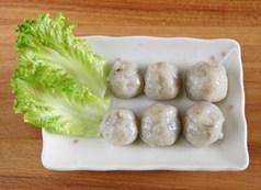 虾滑丝瓜鲜汤,手沾上水,将搅好的虾蓉揉成小丸子状,虾滑完成。