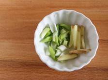 虾滑丝瓜鲜汤,切葱花,姜丝备用