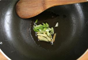 虾滑丝瓜鲜汤,锅中放入油,放入葱花,姜丝爆香