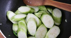 虾滑丝瓜鲜汤,放入丝瓜片翻炒到丝瓜变软
