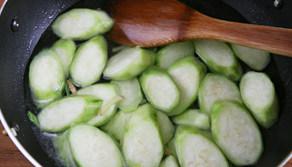 虾滑丝瓜鲜汤,添入没入丝瓜两厘米的水,放入盐烧开
