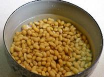 黄豆焖猪蹄,将干黄豆泡发4小时以上。
