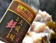 黄豆焖猪蹄,调入鲜味酱油翻炒均匀