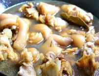 黄豆焖猪蹄,往锅内注入没住猪手的开水或高汤烧开