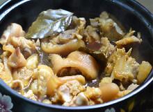 黄豆焖猪蹄,将全部食材移至砂锅