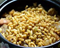 黄豆焖猪蹄,加入黄豆搅匀,大火烧开