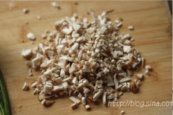 香菇酿肉,将香菇蒂切成碎末备用