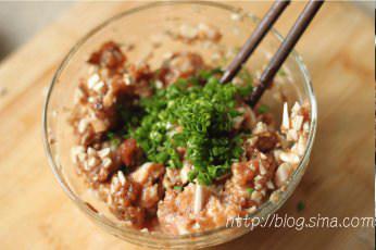 香菇酿肉,加入葱花、生姜粉、少许色拉油拌匀