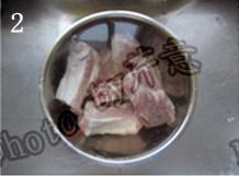 蒜香排骨,排骨提前泡水3到4小时,中间换水3、4次,泡出血水和杂质