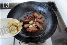 蒜香排骨,焖至排骨熟烂,转大火收汁;至汤汁粘稠时下入炸过的大蒜瓣,煸炒均匀;