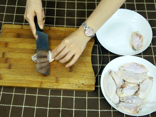 可乐鸡翅(懒人菜系列),1、将鸡翅两面各斜切三刀。