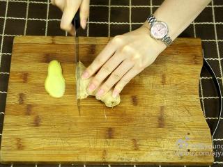 可乐鸡翅(懒人菜系列),5、切取3片姜片备用。