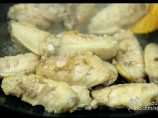 可乐鸡翅(懒人菜系列),8、煎炸至鸡翅双面出现略微焦黄。