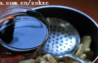 老爸豆腐干,另锅,放入油豆腐,将老抽2汤勺、生抽5汤勺、盐少许调成酱汁倒入,并倒入一碗水