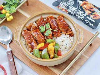 """彩椒鸡腿饭,上面码上鸡腿块和青椒,红椒和黄椒即可开吃,今天用的""""黄肖氏""""香辣烧汁,做的鸡腿肉简直太入味好吃了。"""