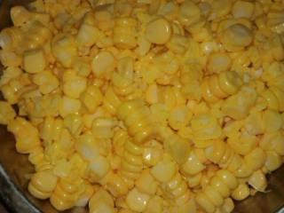 香滑玉米汁,刮出粒玉米就放进高压窝放点水(喜欢浓加少点像煮饭水多点,喜欢喝稀点可以水放多点)