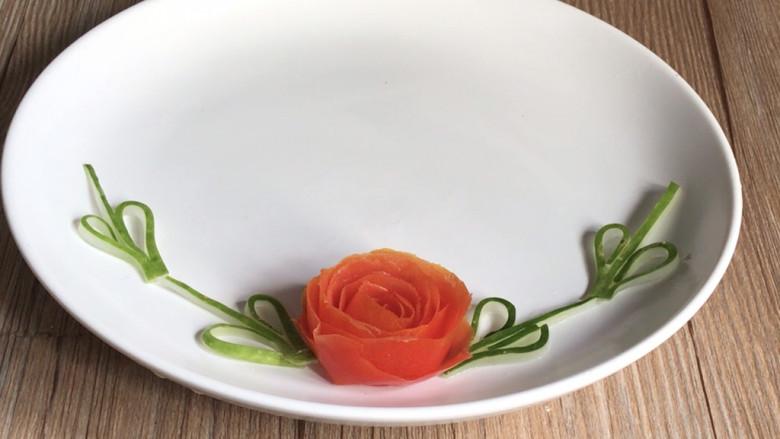 西红柿炒土豆丝,摆入盘中备用