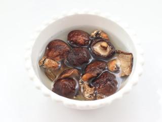 三伏天必备的苦瓜酿肉,香菇洗净后泡发。
