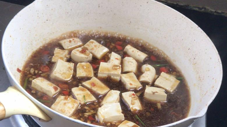 酸辣豆腐,放入豆腐拌匀,煮沸后转小火烧5分钟