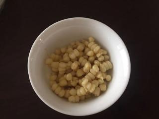 洋葱炒青椒,小半碗的玉米粒